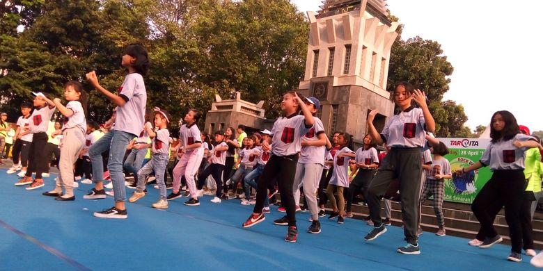 Penampilan tarian modern siswa-siswi SD Tarakanita 2 Jakarta pada gelaran Rock Ur Day- Pound Ur Fit di Pintu 6 Gelora Bung Karno (GBK) Jakarta mulai pukul 05.30 WIB, Minggu (28/4/2019).
