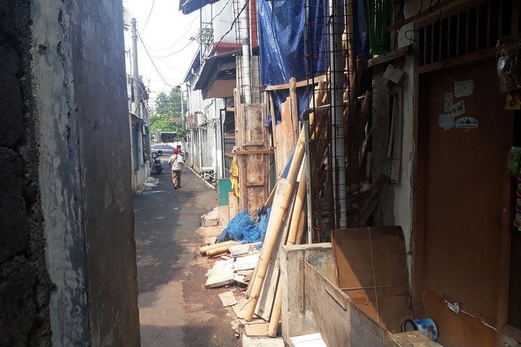 Rumah (terpal biru) di Jalan Gorda, Kelurahan Lubang Buaya, Kecamatan Cipayung, Jakarta Timur, Rabu (4/12/2019), milik R (36), pencuri ribuan dollar di rumah kosong daerah Jagakarsa, Jakarta Selatan.