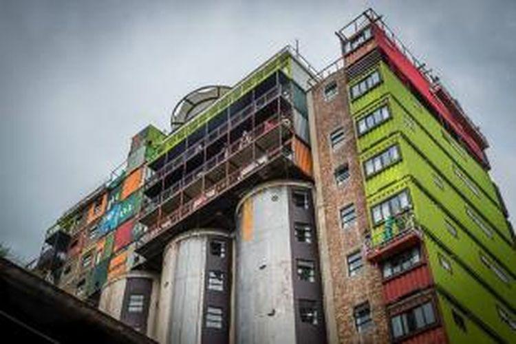 Selain memberikan tambahan ruang yang dinamis, langit kota ini menjadi penuh warna kota. Maklum, tinggi tumpukan kontainer-kontainer itu mencapai puluh meter sehingga menawarkan panorama ke seluruh kota.