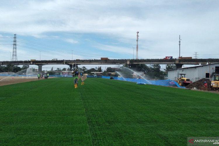 Lapangan latih JIS dengan rumput hybrid kombinasi antara lima persen rumput sintetis dan 95 persen rumput natural.