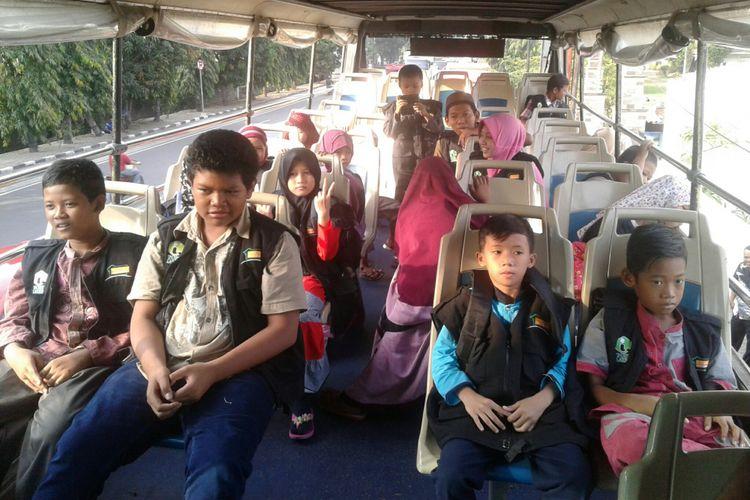 Anak yatim Pesantren Al Ihsan Surakarta, Jawa Tengah diajak berwisata (city tour) keliling Kota Solo naik bus tingkat Werkudara, Senin (28/5/2018).