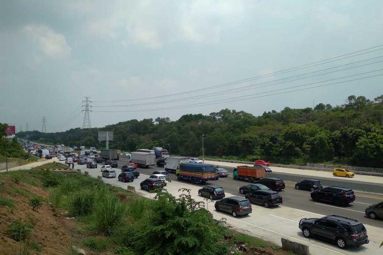 Polisi memberlalukan contra flow mulai dari kilometer 47-61 tol Jakarta-Cikampek untuk mengurai kepadatan pada puncak arus mudik libur panjang, Rabu (28/10/2020).