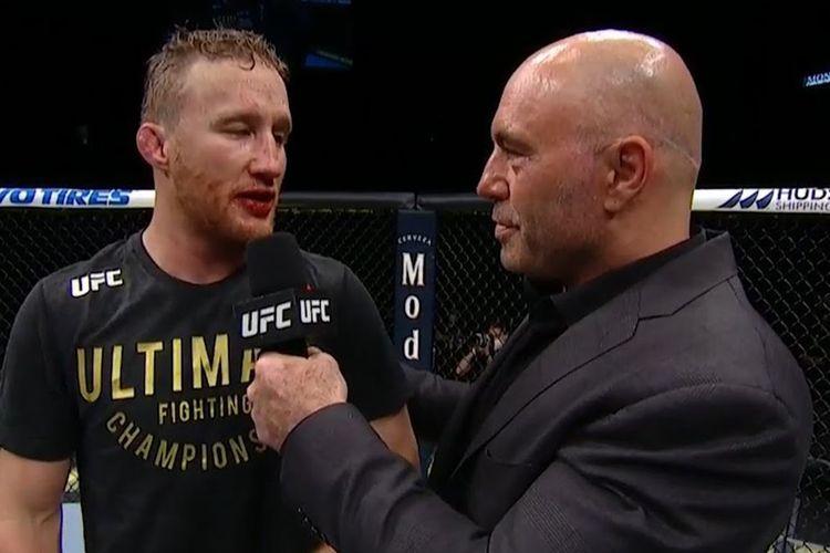 Joe Rogan (kanan) mewawancarai Justin Gaethje di UFC 249 tanpa mengenakan sarung tangan dan masker serta menghiraukan aspek physical distancing.