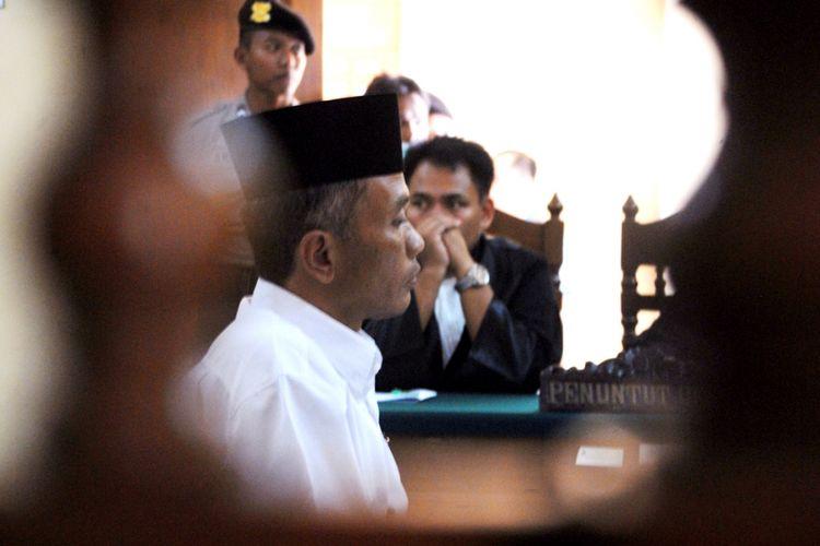 Terdakwa Bambang Tri Mulyono, pengarang buku Jokowi Undercover saat sidang agenda pembacaan putusan yang digelar di Pengadilan Negeri Blora, Jawa Tengah, Senin (29/5/2017).