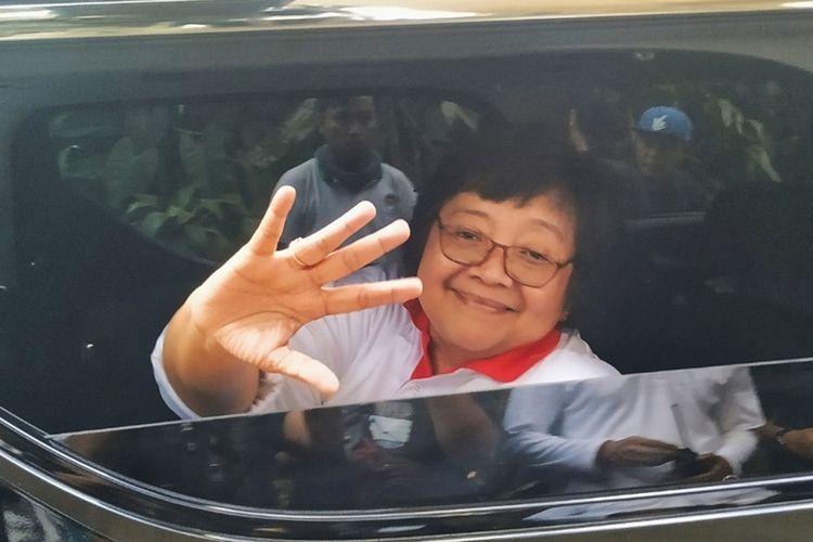 Menteri LHK Siti Nurbaya Bakar melambaikan tangan dari dalam mobil saat meninggalkan lokasi Situgunung Suspension Bridge di Kadudampit, Sukabumi, Jawa Barat, Sabtu (5/10/2019).
