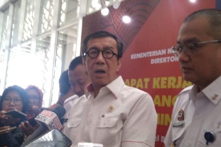 Menteri Hukum dan Hak Asasi Manusia Yasonna H. Laoly menjawab pertanyaan awak media seusai membuka Raker Evaluasi Kinerja dan Anggaran Program Administrasi Hukum Umum di Yogyakarta.