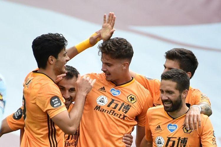 Para pemain Wolverhampton Wanderers merayakan gol Leander Dendoncker kontra Aston Villa pada laga lanjutan Liga Inggris, 27 Juni 2020.