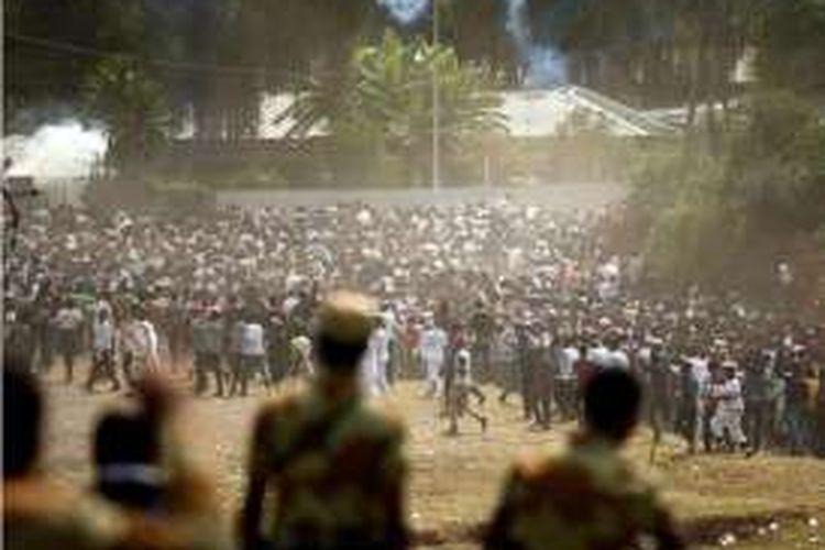 Ribuan warga yang berunjuk rasa di kota Bishoftu, Etiopia bubar setelah aparat keamanan menembakkan gas air mata dan peluru karet pada Minggu (2/10/2016). Akibatnya, puluhan orang tewas terinjak-injak.