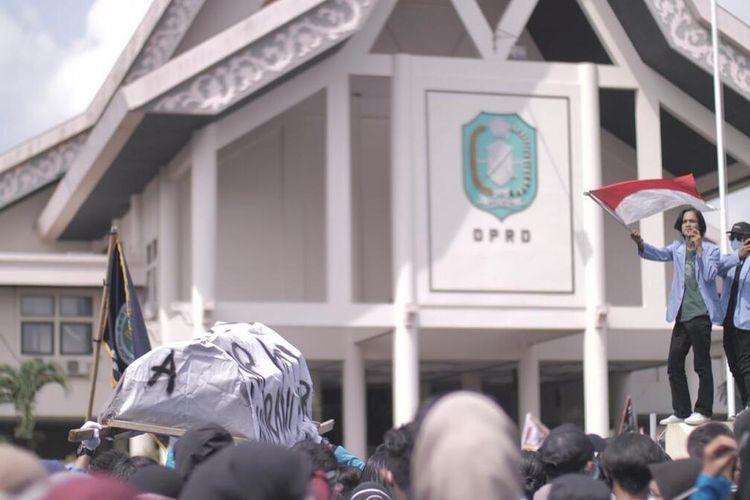 Aparat kepolisian mengamankan 35 perusuh saat aksi demonstrasi menolak omnibus law UU Cipta Kerja di Gedung DPRD Kalimantan Barat (Kalbar) Kamis (8/10/2020). Kepala Bidang Humas Polda Kalbar Kombes Pol Donny Charles Go mengatakan, usai diamankan, 35 perusuh tersebut dibawa ke Rumah Sakit Bhayangkara untuk dilakukan rapid test. Hasilnya 5 orang dinyatakan reaktif.