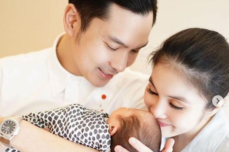 Artis peran Sandra Dewi dan suami, Harvey Moeis, dikaruniai anak kedua yang diberi nama Mikhail Moeis.