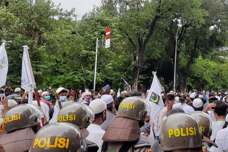 Massa aksi 1812 oleh ANAK NKRI dihadang aparat gabungan, Jakarta, Jumat (18/12/2020)