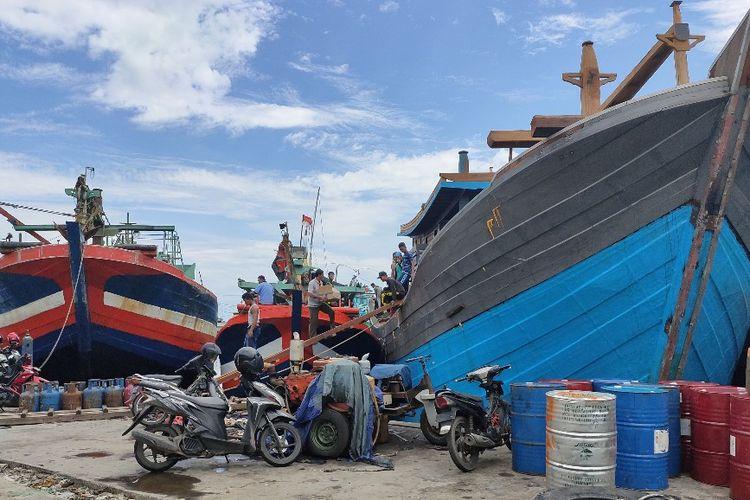 Sejumlah kapal nelayan bersandar di Pelabuhan Tegal, Jawa Tengah, Senin (27/1/2020)