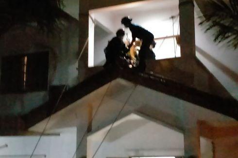 Sulit Berjalan, Pasien Berbobot 120 Kg Dievakuasi Petugas Damkar dari Lantai 2 Rumah ke RS