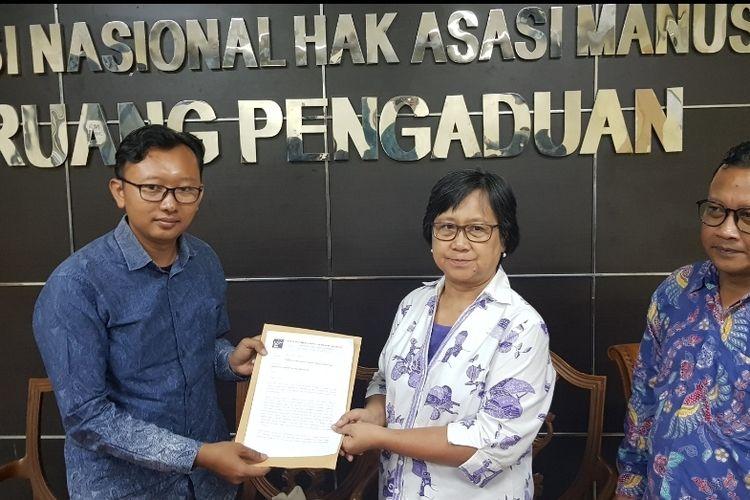 Kuasa Hukum Novel Baswedan M. Isnur saat memberikan surat kepada Komnas HAM di Kantor Komnas HAM, Menteng, Jakarta Pusat, Rabu (4/12/2019), diterima oleh Wakil Ketua Komnas HAM Sandra Moniaga.