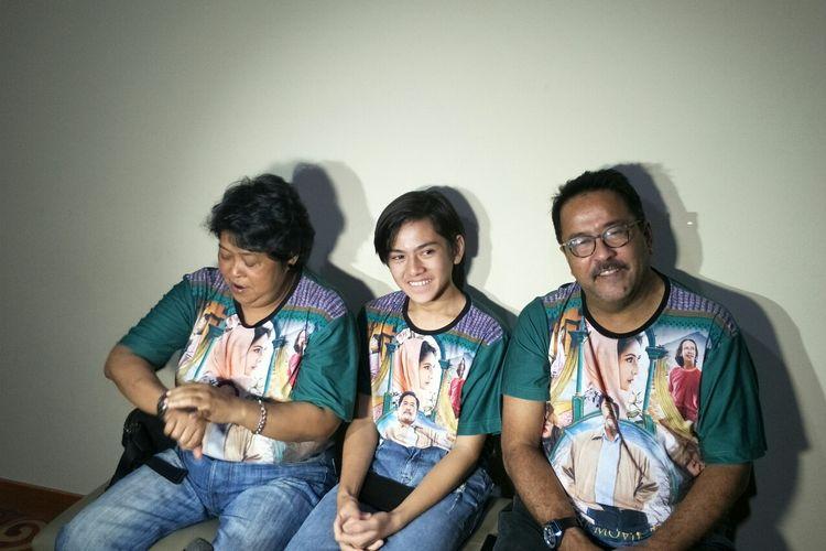 Para pemain Si Doel The Movie 2, (dari kiri) Suti Karno, Reybong dan Rano Karno saat cinema visit di kawasan Blok M, Jakarta Selatan, Selasa (4/6/2019).