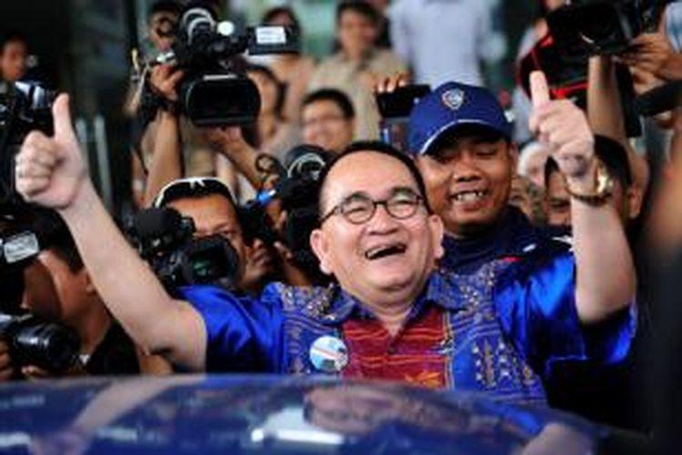 Anggota DPR, Ruhut Sitompul, keluar dari Gedung Komisi Pemberantasan Korupsi, Jakarta, setelah diperiksa sebagai saksi atas kasus dugaan tindak pidana korupsi proyek pusat olahraga Hambalang dengan tersangka mantan Ketua Umum Partai Demokrat Anas Urbaningrum, Rabu (12/3/14).