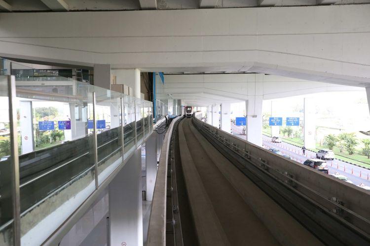 Suasana shelter kereta tanpa awak atau skytrain di Terminal 3 Bandara Soekarno-Hatta, Tangerang, Senin (21/8/2017). Layanan skytrain direncanakan beroperasi penuh pada September 2017 mendatang.