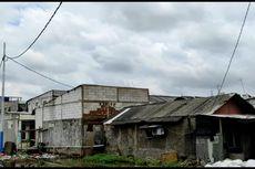 Warga Cilincing Mulai Perbaiki Atap Rumah yang Rusak Diterpa Angin Kencang