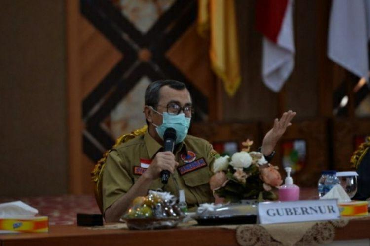 Gubernur Riau Syamsuar saat mengadakan rapat bersama Pemkot Pekanbaru terkait penanganan Covid-19, Selasa (13/10/2020).