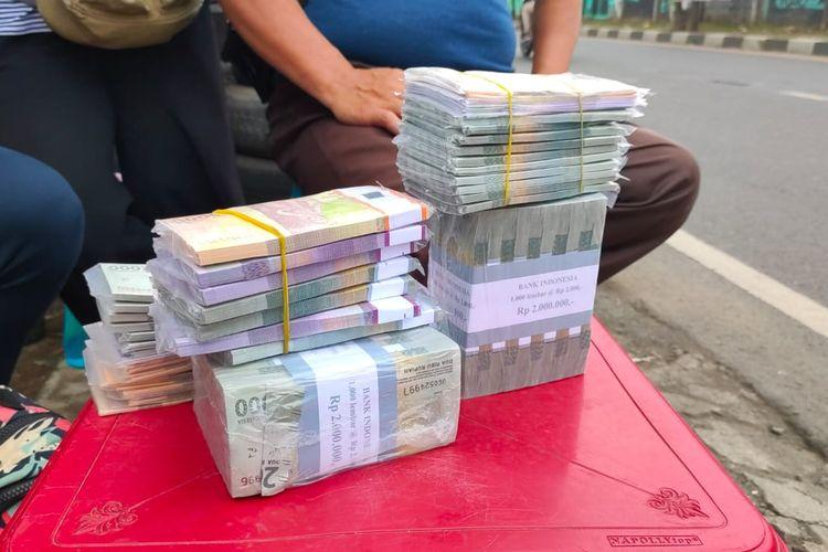 Tumpukan uang pecahan di lapak penjual jasa penukaran uang di kawasan Jalan Otista Raya, Ciputat, Tangerang Selatan, Selasa (4/5/2021).