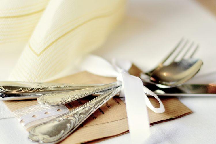 Ilustrasi alat makan, sendok, garpu, dan pisau.