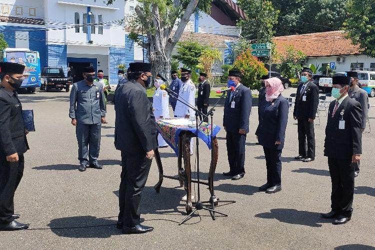 Wali Kota Tegal Dedy Yon Supriyono melantik pajabat tinggi pratama dan administrator di Halaman Balai Kota Tegal, Kamis (23/4/2020)