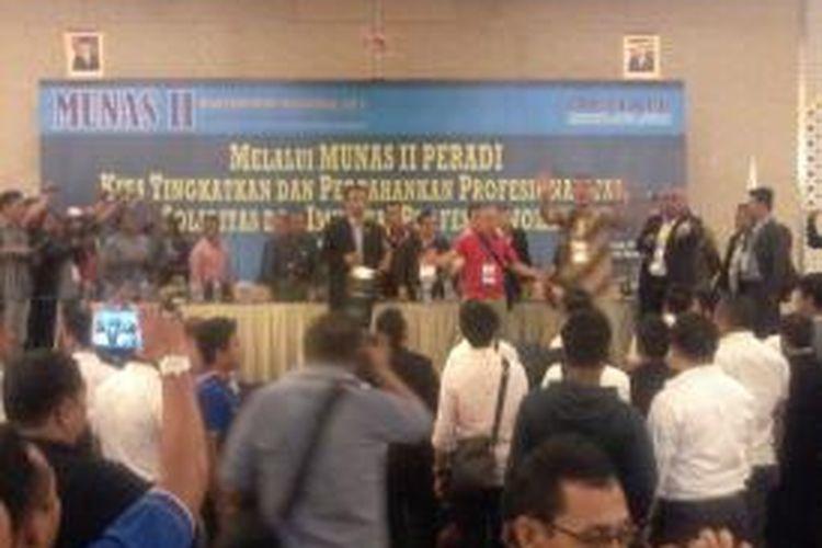 Munas II Peradi 'Tandingan' di Ballroom Hotel Grand Clarion Makassar masih ricuh, Jumat (27/3/2015) malam.