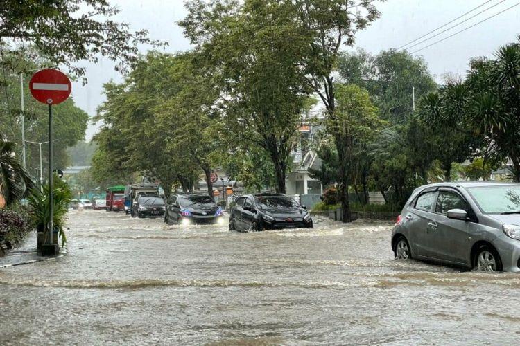Banjir di seputaran Lapangan Sparta Tikala depan kantor Wali Kota Manado, Sabtu (16/1/2021) sore.