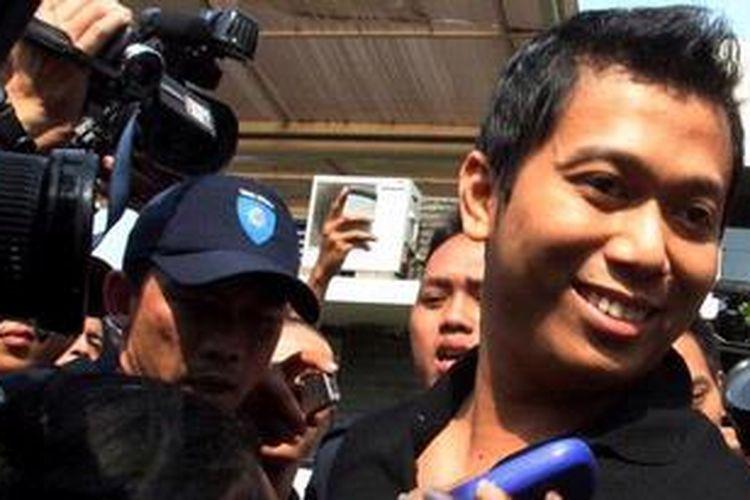 Putra Ketua Majelis Syuro PKS Ustad Hilmi Aminuddin, Ridwan Hakim, keluar dari gedung Komisi Pemberantasan Korupsi (KPK), Jakarta, Senin (25/2/2013). Ridwan diperiksa KPK sebagai saksi dalam kasus dugaan suap pengurusan kuota impor daging sapi di Kementerian Pertanian. Panggilan ini merupakan panggilan kedua setelah dalam jadwal pemeriksaan awal pada 15 Februari 2013, Ridwan tidak memenuhi agenda pemeriksaan KPK, karena berada di luar negeri.