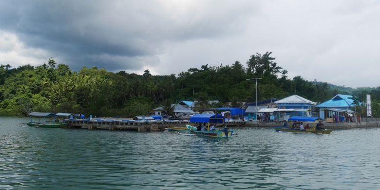 Dermaga di mana tempat naik perahu untuk menyebrang ke Pulau Kucing di Desa Fukweu, Kecamatan Sanana Utara, Kepulauan Sula, Maluku Utara, Sabtu (14/4/2018).