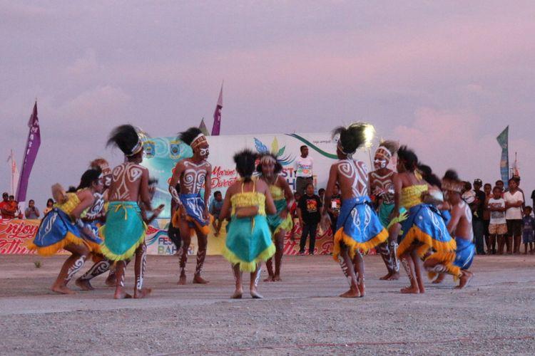 Tarian salah satu distrik di Raja Ampat, saat Festival Bahari Raja Ampat, Sabtu (21/10/2017).