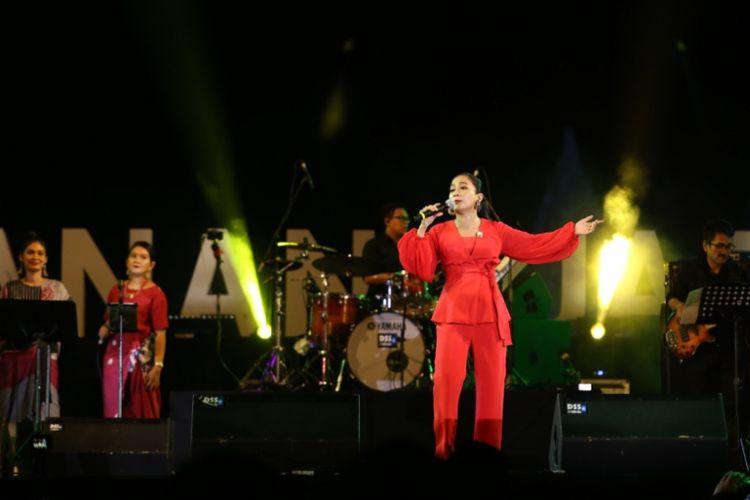 Penampilan diva asal Malaysia Sheila Majid bersama musisi Tohpati di Prambanan Jazz Festival 2018, Yogyakarta, Jumat (17/8/2018) malam.