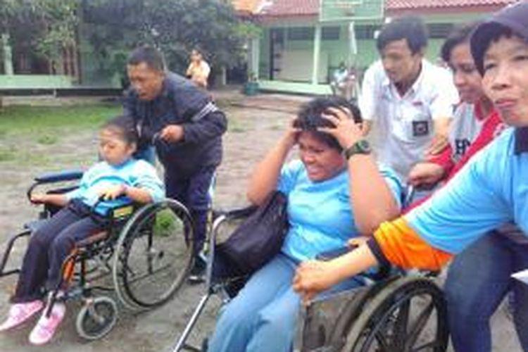 Siswa difabel SLB Negeri Magelang melakukan simulasi bencana alam, Kamis (17/12/2015)