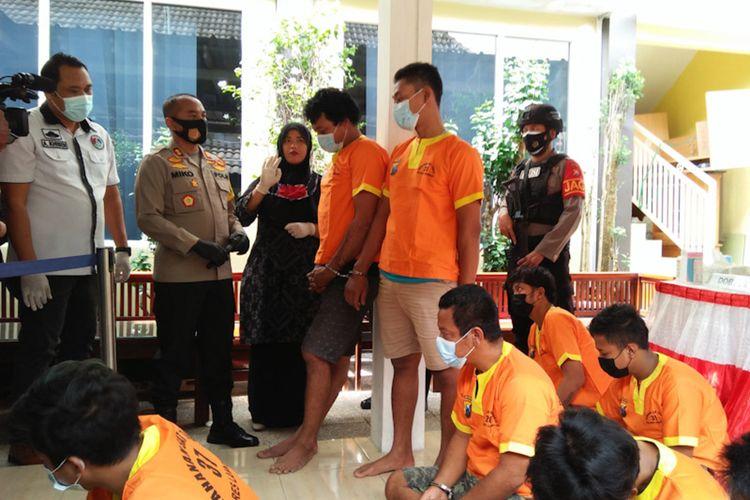 RM saat ditanya Kapolres Lamongan AKBP Miko Indrayana didampingi Kasat Narkoba Polres Lamongan AKP Ahmad Khusen, saat rilis pengungkapan kasus di Mapolres Lamongan, Rabu (24/2/2021).
