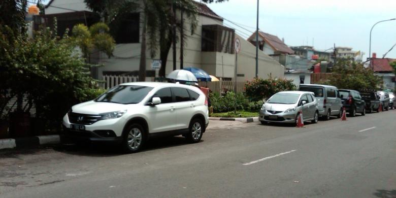 Sejumlah kendaraan roda empat milik warga di Jalan Nipah I, Petogogan, Kebayoran Baru, Jakarta Selatan yang diparkirkan di pinggir jalan akibat ketiadaan tempat parkir di kediaman