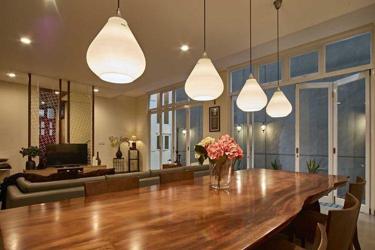 Lampu gantung di ruang makan Tena House Mekar Wangi karya Dinardithen Studio