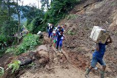 Jalur Tertutup Longsor, Warga Lebak Banten Tempuh 2 Kilometer untuk Ambil Bantuan