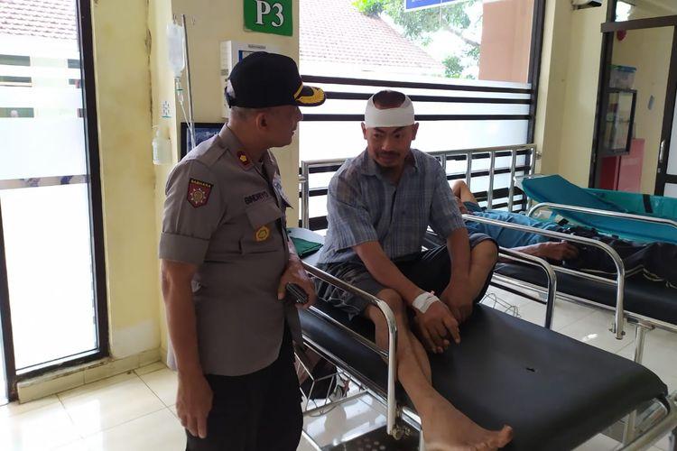 Kapolsek Kepanjen Kompol Bindriyo saat melihat Ghufron yang sedang dirawat di Rumah Sakit Kanjuruhan, Kabupaten Malang.