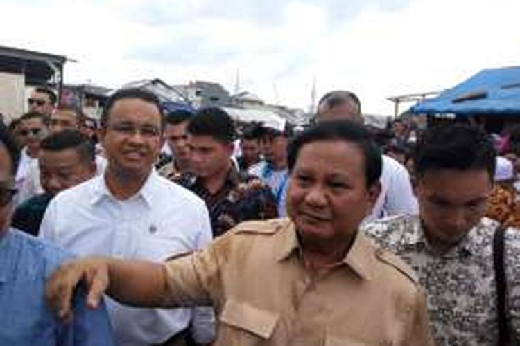 Ketua Umum Partai Gerindra Prabowo Subianto saat mengunjungi kawasan Kampung Aquarium, Jakarta Utara, Sabtu (7/1/2017).