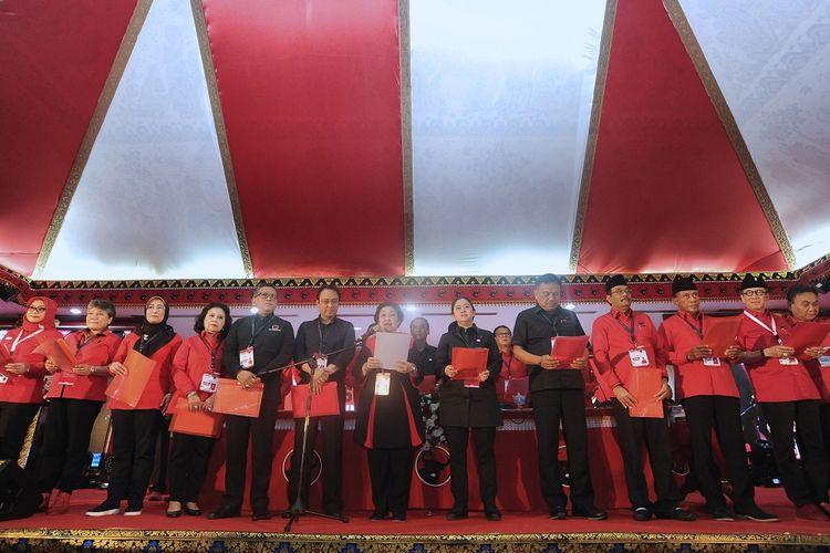 Ketua Umum PDI Perjuangan Megawati Soekarnoputri (tengah) melantik sejumlah pengurus DPP PDI Perjuangan periode 2019-2024 saat penutupan Kongres V PDI Perjuangan di Sanur, Denpasar, Bali, Sabtu (10/8/2019).  Megawati Soekarnoputri mengumumkan dan melantik 27 orang pengurus DPP PDI Perjuangan periode 2019-2024. ANTARA FOTO/Fikri Yusuf/nz.
