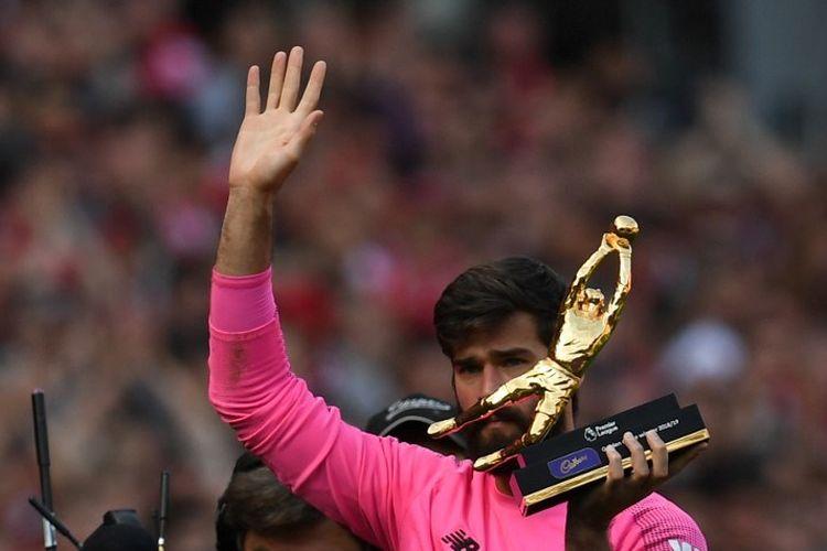 Alisson Becker mendapat penghargaan Kiper Terbaik Liga Inggris dan berhak mendapatkan Golden Glove Award seusai laga Liverpool vs Wolves di Stadion Anfield, 12 Mei 2019.