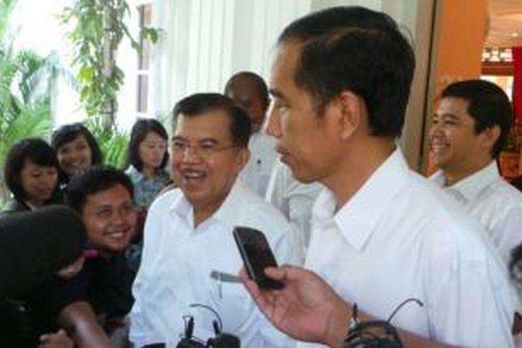 Pasangan bakal calon presiden dan calon wakil presiden Joko Widodo-Jusuf Kalla, sesaat sebelum bertolak ke RSPAD Gatot Subroto, Jakarta Pusat, Kamis (22/5/2014), untuk menjalani tes kesehatan.