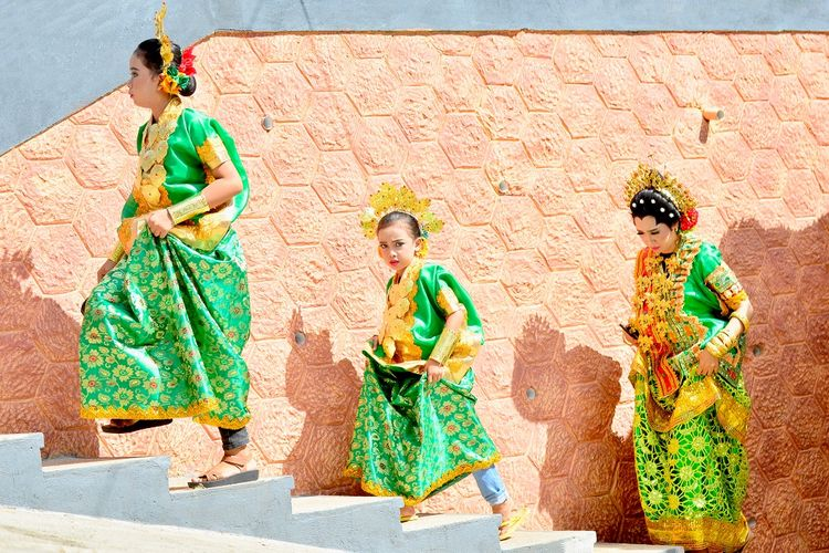 Baju Bodo, baju tradisional Suku Bugis DOK, Shutterstock/Syamsul Alam