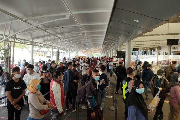 Stasiun Pasar Senen Jakarta Pusat kembali dipadati calon penumpang pada hari kedua sebelum pemberlakuan larangan mudik Lebaran, atau pada Selasa (4/5/2021). Para calon penumpang pun mengantre untuk mengakses layanan tes Genose.