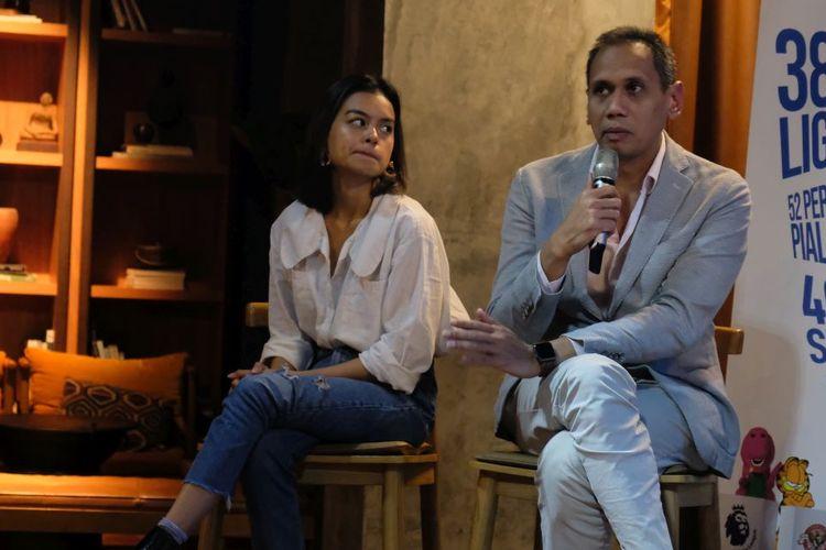 Business Development Director SuperSoccerTV sekaligus perwakilan MolaTV, Mirwan Suwarso, bersama dengan artis asal Indonesia, Eva Celia, berbincang kepada media dalam acara gathering media di Jakarta Selatan, Kamis (17/10/2019).
