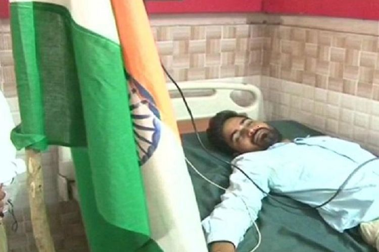 Muktikant Biswal, pria asal Odisha, India, ketika dirawat di rumah sakit di Agra. Dia menempuh 1.350 kilometer demi menagih janji Perdana Menteri Narendra Modi.