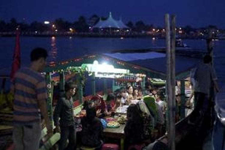 Warga menikmati senja dengan makan di perahu terapung di sekitar jembatan Ampera, Palembang, Sumatera Selatan, Kamis (18/4/2013). Sejak zaman Kerajaan Sriwijaya hingga sekarang, sungai dengan panjang 750 km ini terkenal sebagai sarana transportasi utama bagi masyarakat sekitar.