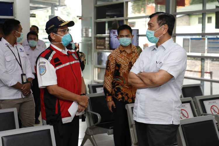 Menko Kemaritiman dan Investasi Luhut B. Pandjaitan yang juga Plt Menteri Perhubungan menyidak ke sejumlah tempat layanan transportasi umum untuk memantau kesiapan larangan mudik, Jakarta, Jumat (24/4/2020).