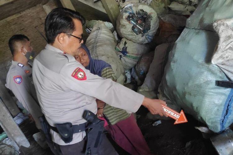 Polisi melaksanakan olah TKP pencurian di gudang rosok Dukuh Pungkruk RT 005, Desa Sidoharjo, Kecamatan Sidoharjo, Sragen terjadi Jumat (30/10/2020).