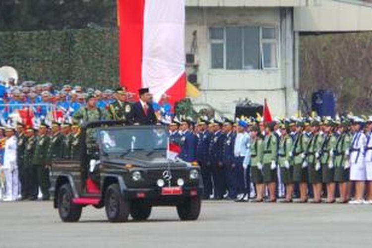 Presiden Joko Widodo saat memeriksa pasukan dalam upacara HUT ke-70 TNI, di Dermaga Indah Kiat, Cilegon, Banten, Senin (5/10/2015). Powered by Telkomsel BlackBerry®
